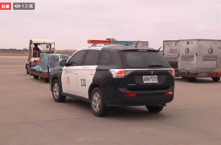 高以翔棺木一下飛機,警車隨即跟上,全程護送。(翻攝自中時電子報臉書)