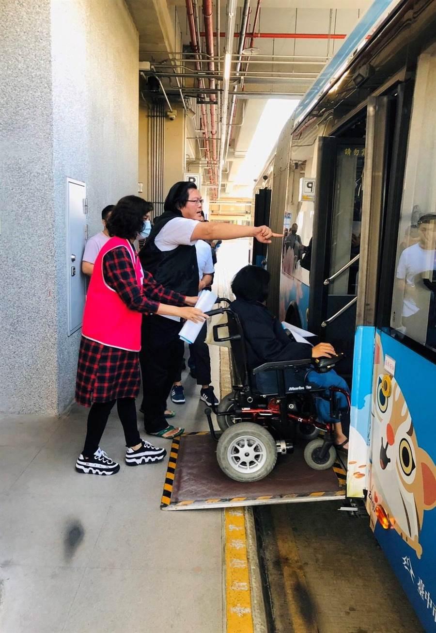 台中公車聯營管理委員會增聘大量人力協助民眾乘車。(台中市交通局提供/盧金足台中傳真)