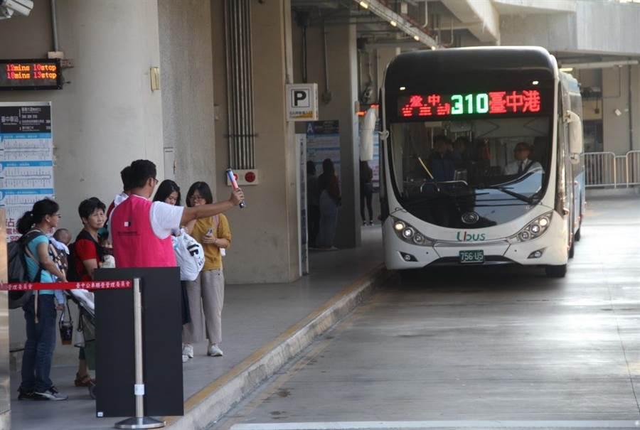 台中轉運中心A月台有往台灣大道的300、309及310路公車路線停靠。(台中市交通局提供/盧金足台中傳真)