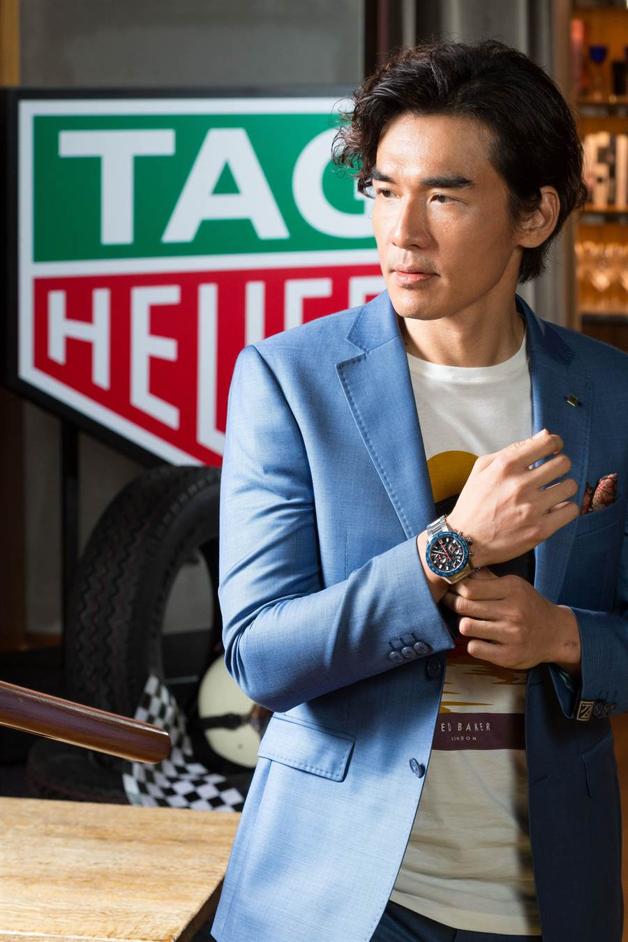 楊一展熱愛賽車,以新造型搭配泰格豪雅Carrera Heuer 02計時腕表,十分帥氣。(TAG Heuer提供)