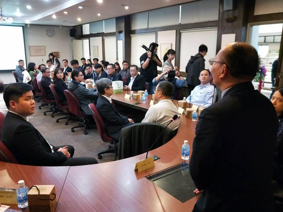 廢舊太陽能光電板循環經濟發表會邀請教育部計畫辦公室、台南市環保局、經發局、太陽能系統商、國內大專校院太陽能專家學者等60位代表共同參與見證。(洪榮志攝)