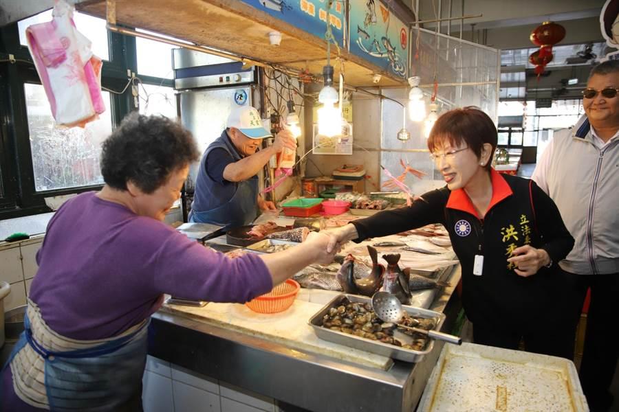 前國民黨主席洪秀柱以台南市第六選區立委參選人身分,到菜市場拜票,受到婆婆媽媽們歡迎。(洪秀柱競選總部提供/程炳璋台南報導)