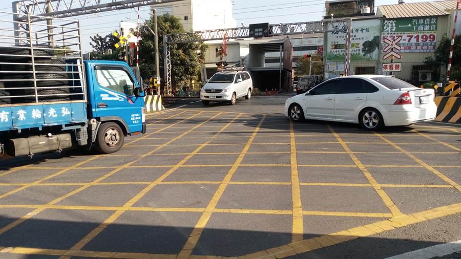 雲林斗六市區被鐵路貫穿,因而有9處平交道,影響交通車流。(許素惠攝)
