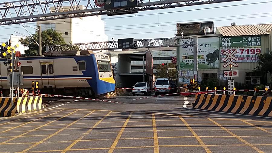 雲林斗六市區被鐵路貫穿,因而有9處平交道,不但影響交通車流,也因等待時間長,平交道事故頻傳。(許素惠攝)