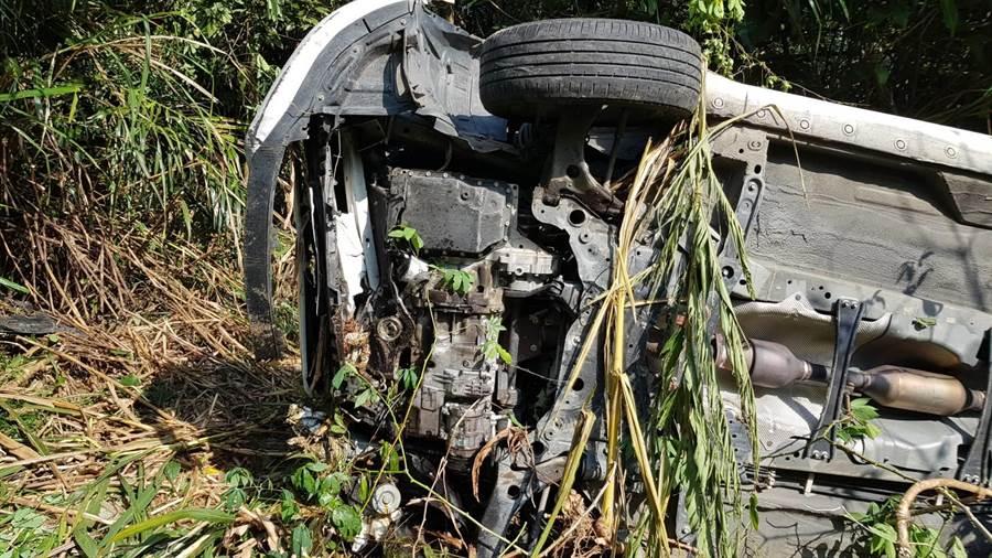 休旅車跌落10公尺深邊坡,所幸車上5人只受輕傷。(翻攝照片/呂妍庭嘉義提供)