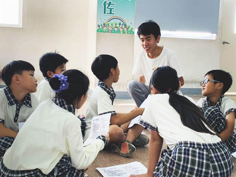 青少年在自己的班級帶領遊戲。(玩轉學校提供)