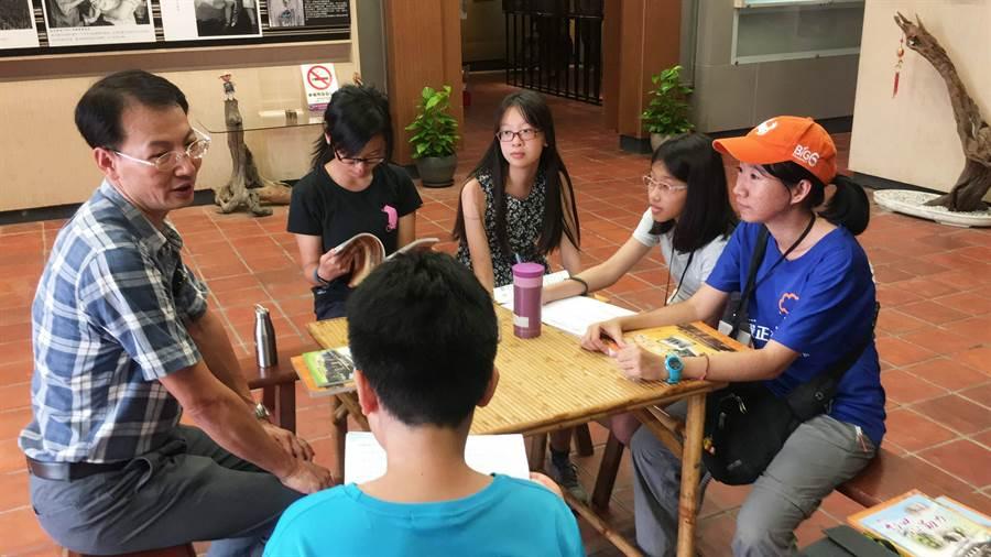 青少年深入在地訪談居民。(玩轉學校提供)