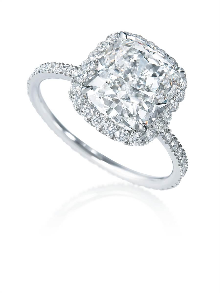 海瑞溫斯頓The One系列枕形切工鑽石戒指,外緣鑲一圈鑽石更添奢華。(HARRY WINSTON提供)