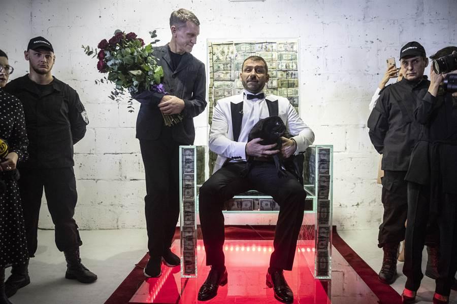 俄羅斯1名家財萬貫的企業家雷巴科夫(Igor Rybakov),邀請藝術家打造1張內藏價值100萬美元(約台幣3050萬元)現鈔的「水晶王座」,放在私人博物館展出。(美聯)
