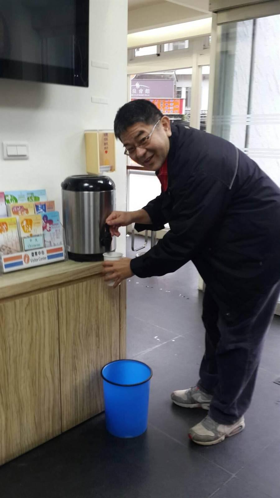冷氣團來襲,烏來遊客中心溫馨提供薑茶溫暖旅客的的身心。(讀者提供/吳家詮傳真)
