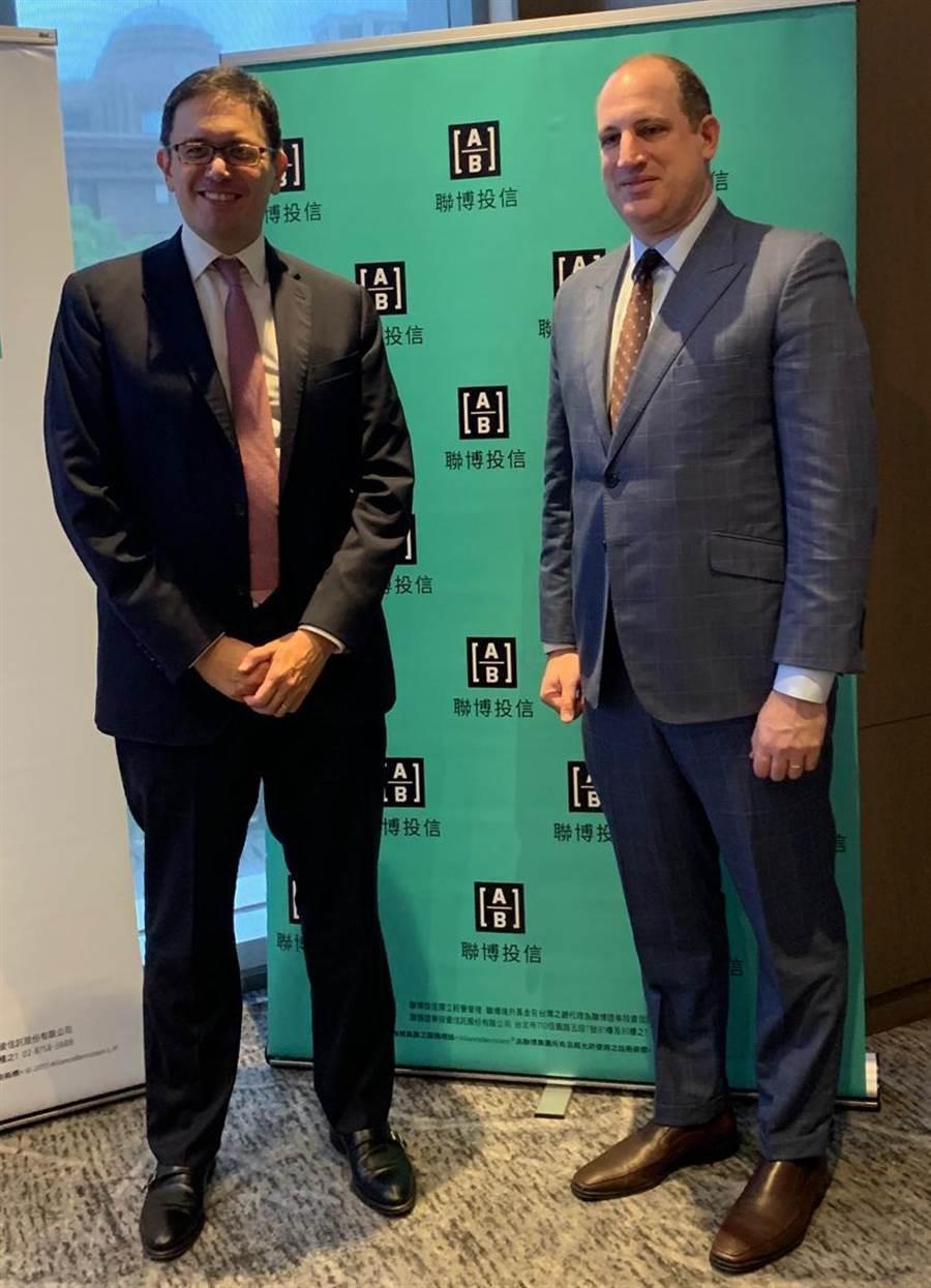 聯博集團亞洲股票事業發展主管暨資深投資策略分析師David Wong(左)及聯博集團信用資產投資總監葛尚.狄斯坦費(Gershon Distenfeld) 圖/黃惠聆