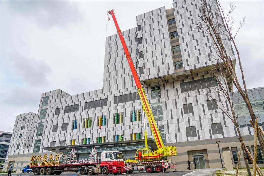 台大新竹生醫園區分院招牌2日由大型吊車進行裝設,17日將正式營運。(羅浚濱攝)