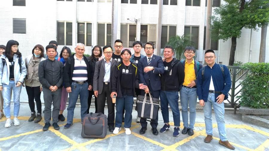 謝志宏(中間黑T恤藍牛仔褲者)出庭,有律師陪同與大批志工為他加油打氣。(程炳璋攝)