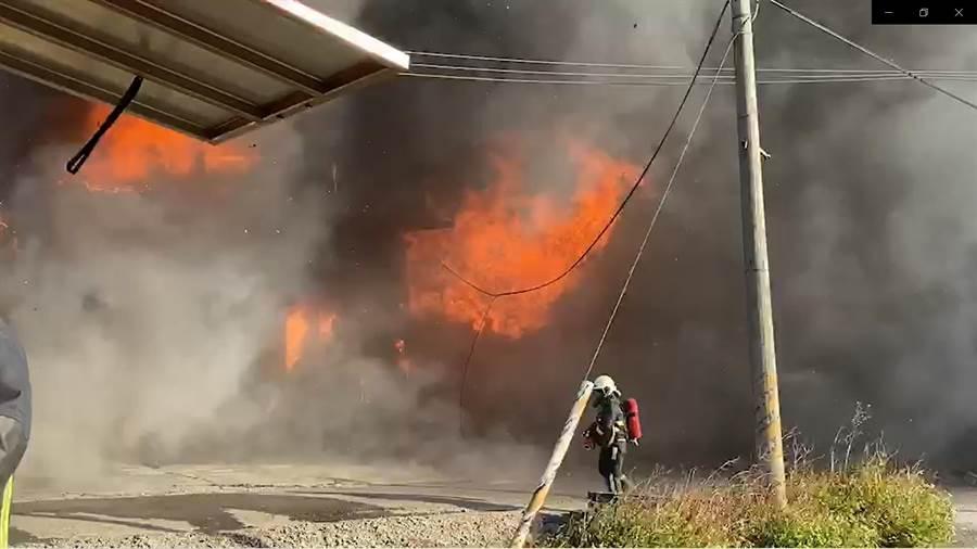 福興鄉秀安二街一處放置家具成品的鐵皮倉庫下午傳出火警,大火將鐵皮建築燒到瞬間塌陷。(民眾提供/謝瓊雲彰化傳真)