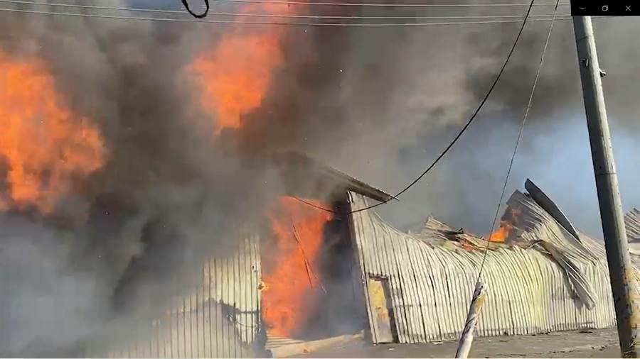 福興鄉秀安二街一處放置家具成品的鐵皮倉庫下午傳出火警,大火將鐵皮建築燒到瞬間塌陷,火勢十分驚人。(民眾提供/謝瓊雲彰化傳真)