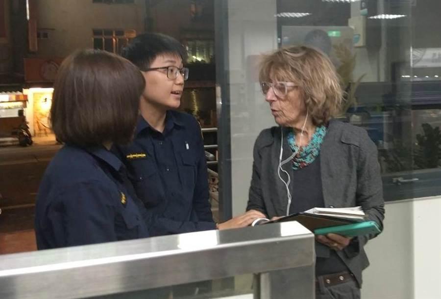 50歲以色列女子諾亞與朋友來台灣自駕旅遊迷路,向中市警局第四分局南屯派出所員警求助,員警努力溝通知道,她們是要到預定的旅館時迷路。(中市警局第四分局提供/黃國峰台中傳真)
