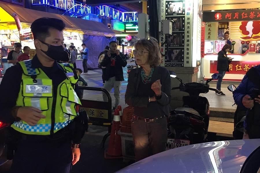 50歲以色列女子諾亞與朋友來台灣自駕旅遊迷路,要到預定的旅館時迷路,中市警局第四分局南屯派出所員警,直接開車引導她們到旅館。(中市警局第四分局提供/黃國峰台中傳真)