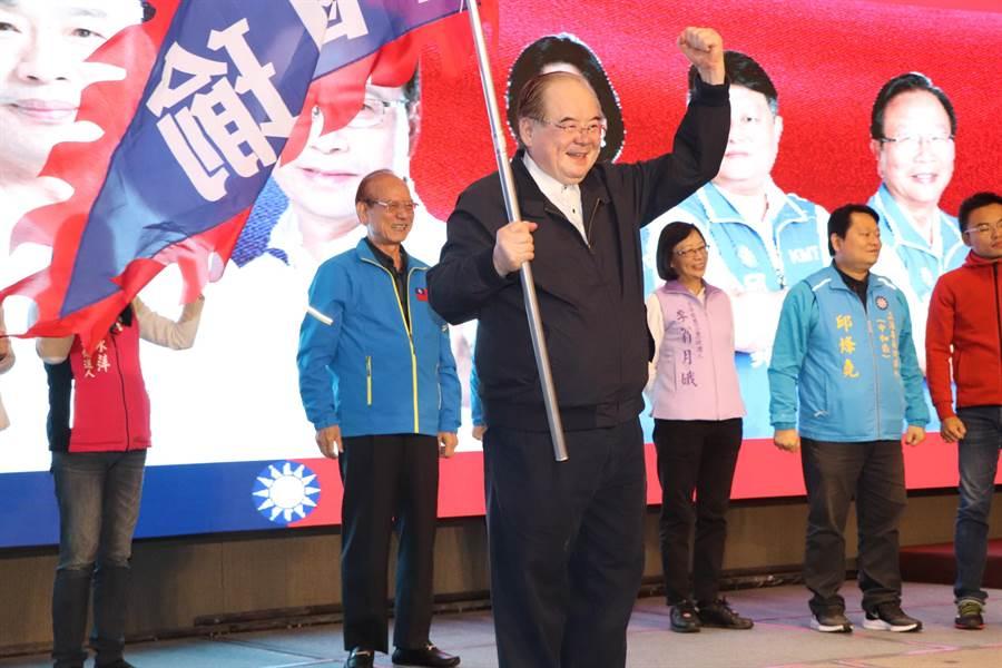新北市黨部主委李乾龍搖旗吶喊。(吳亮賢攝)