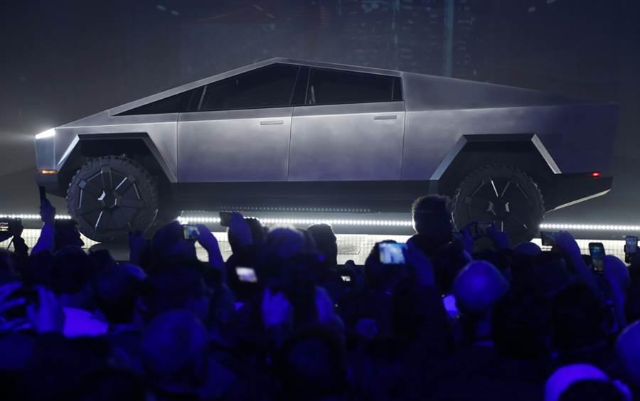 特斯拉新款電動皮卡Cybertruck部分設計靈感源自於007系列電影《海底城》中的白色蓮花潛艇跑車。(圖/美聯社)