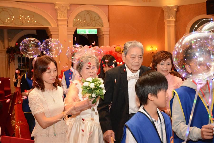 在花蓮老人暨家庭關懷協會幫助下,3對銀髮夫妻終於能圓夢,完成年輕時辦婚禮的夢想。(花蓮老家協會提供/王昱凱花蓮傳真)