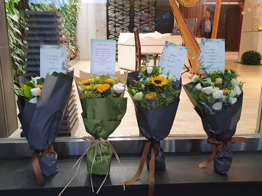 粉絲在靈堂外獻上鮮花卡片哀悼。