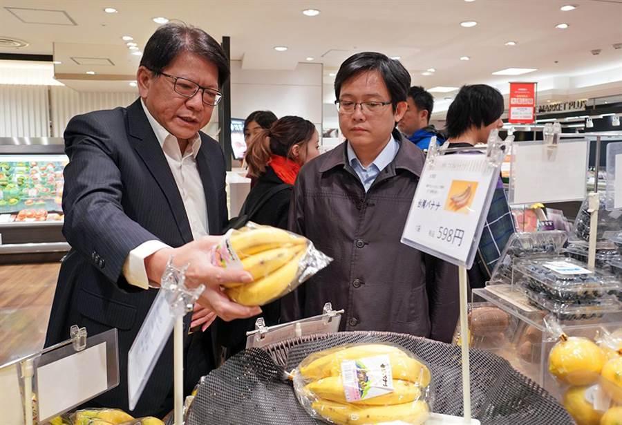為瞭解台蕉銷日通路狀況,屏東縣長潘孟安(左)24小時內,往返東京,盼能站穩日本市場。(屏縣府提供/林和生屏東傳真)