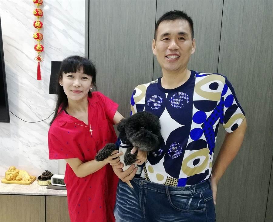 謝志成(右)腰瘦50公斤,太太蔡旻娟把寵物塞進以前超大的褲子,很滿意。(廖素慧攝)