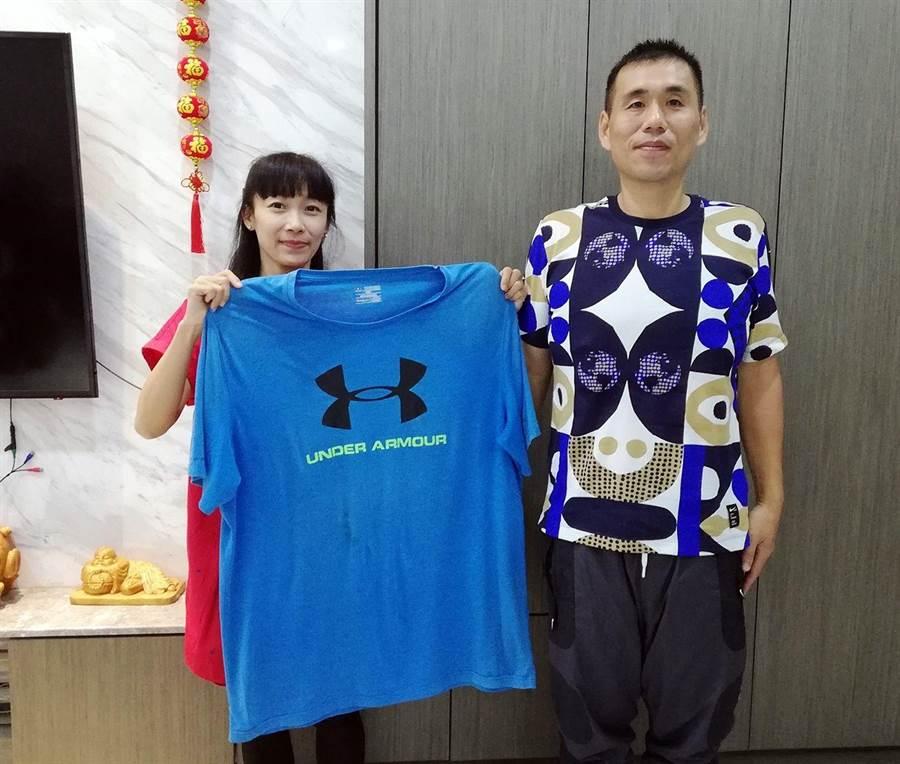蔡旻娟(左)協助老公謝志成(右)腰瘦變型男。(廖素慧攝)