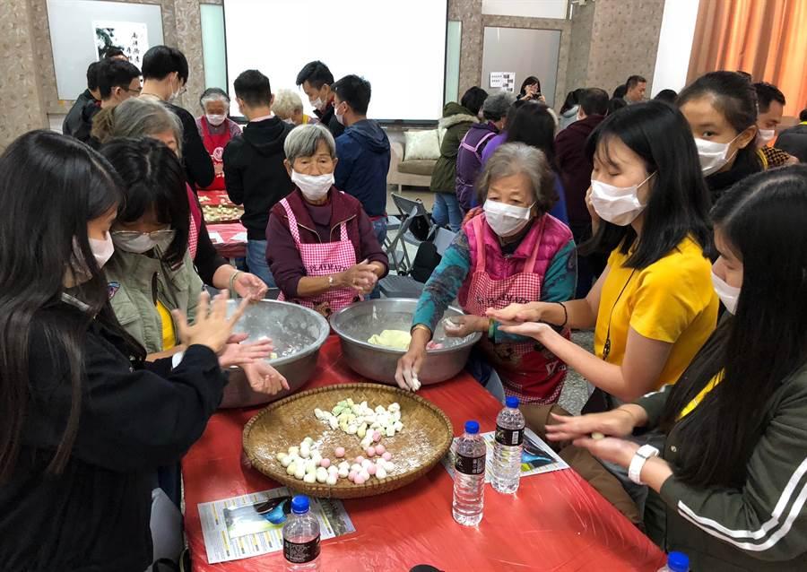 南洋青年在金門大學跟著婆婆、媽媽,動手學作傳統米食「湯圓」。(李金生攝)