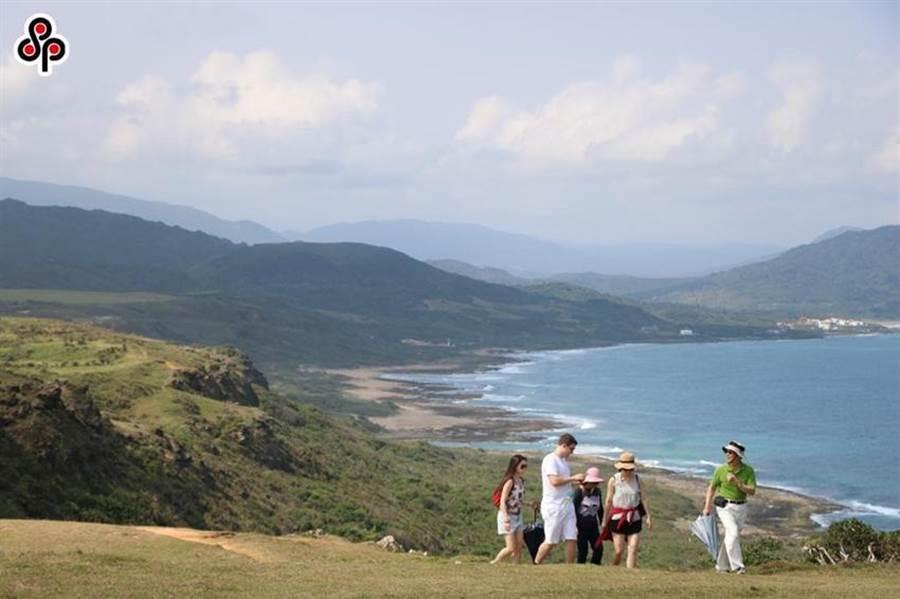 交通部今日表示,觀光局輔導16家旅行業者推出的「台灣觀巴」行程,即日起至年底,推出限量4人同行1人免費活動。圖/本報資料照片