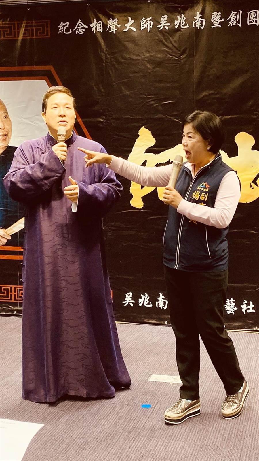 台中市副市長楊瓊瓔(右)與相聲表演藝術家劉爾金(左)兩人一搭一唱介紹台中美食,為吳兆南相聲劇藝社《吳門20-師出吳名》演出活動宣傳。(陳淑芬攝)