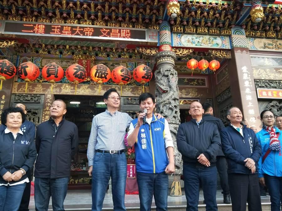 林佳新呼籲大家票投韓國瑜、張善政及林佳新,別讓大家笑他們是草包。(陳淑娥攝)