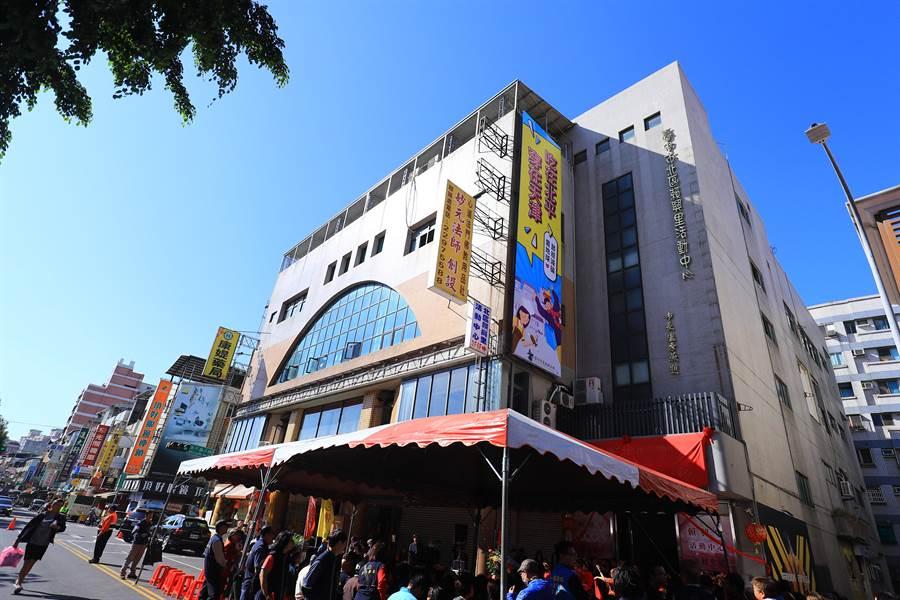 賴興里活動中心提供青少年藝文教育活動、老人健康活動、民俗文化活動等多功能服務。(張妍溱攝)