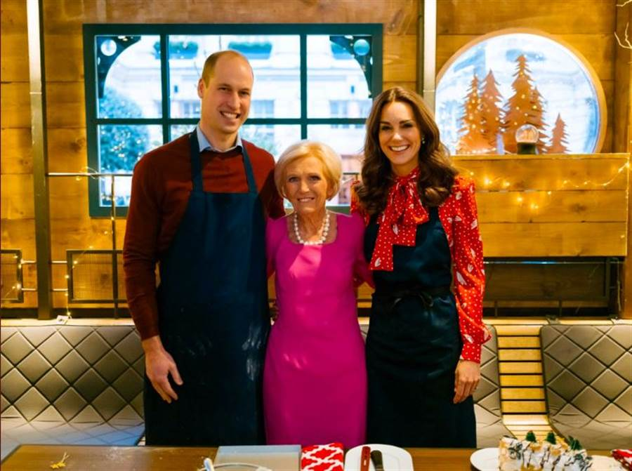 英國威廉王子與凱特王妃近期合體烹飪作家貝莉(中),拍攝聖誕節特別節目。貝莉打臉威廉,稱讚凱特廚藝佳。(圖/肯辛頓宮官方推特)