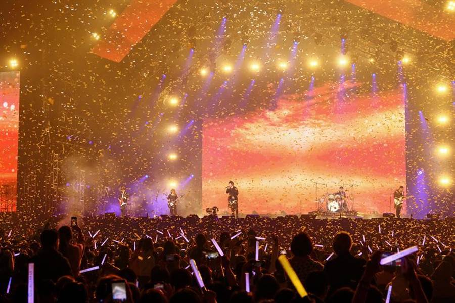 (第一銀行歡慶120周年演唱會,由「亞洲搖滾天團」五月天壓軸演出,現場氣氛high到最高點。圖/第一銀行提供)