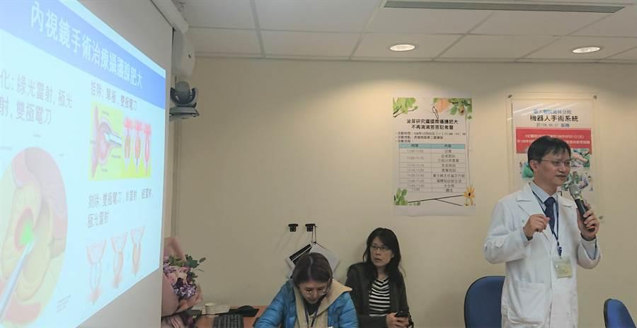 台大醫院雲林分院泌尿部主任黃士維(右)簡報他受到國際醫界矚目的研究。(許素惠攝)