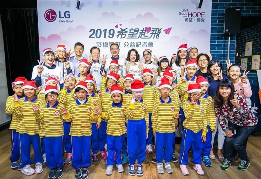 (台灣LG電子連續第五年舉辦希望起飛送愛到偏鄉的公益活動,攜手各大專院校學生社團投入關懷偏鄉學童活動,今年請女星孟耿如擔任希望導師,後排左五為台灣LG電子董事長宋益煥。圖/業者提供 )
