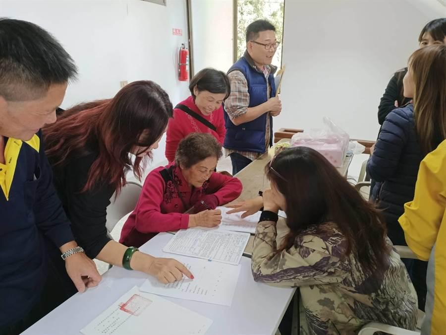 2日共有13戶承租戶到奮起湖活動中心辦理換約續租。(張毓翎攝)