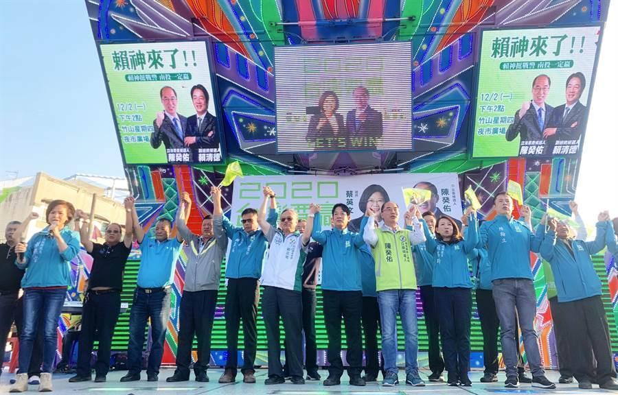 民進黨2日在竹山鎮舉辦造勢大會,營造大團結氣氛。(廖志晃攝)
