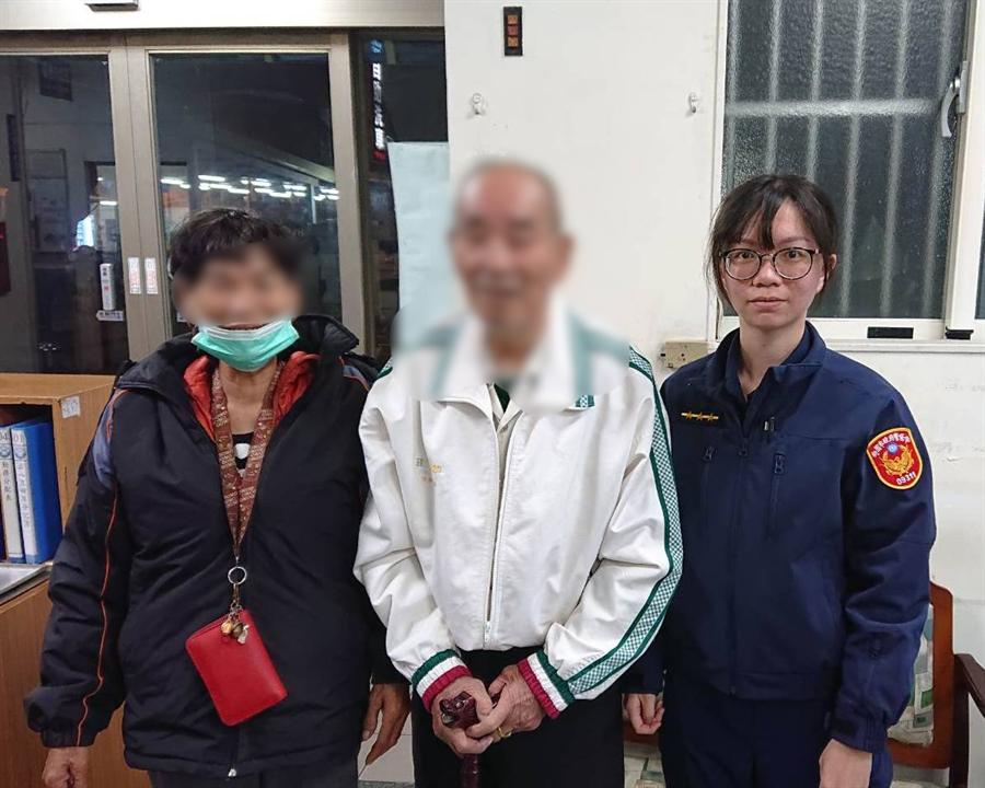 龜山警分局坪頂派出所實務訓練生賴欣莉(右)發揮鄰家女孩氣息,讓老翁卸下心防。(警方提供/賴佑維桃園傳真)