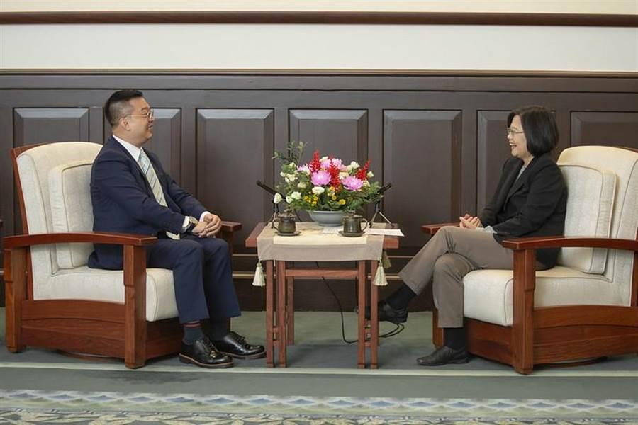 總統蔡英文接見新加坡駐台北商務辦事處代表黃偉權。(圖/總統府提供)