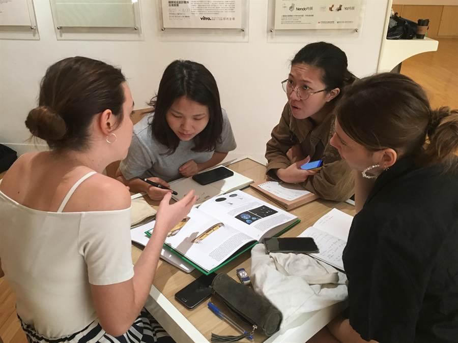 小組中分別安排2位法國學生和2位台灣工藝創作者,雙方產出各種驚喜。(工藝中心提供/張晉銘南投傳真)