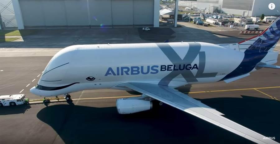 A330-700L,超級大白鯨,或叫做微笑白鯨,有著巨大的貨艙空間,是空巴集團不可缺少的運輸主力。(圖/空巴集團)
