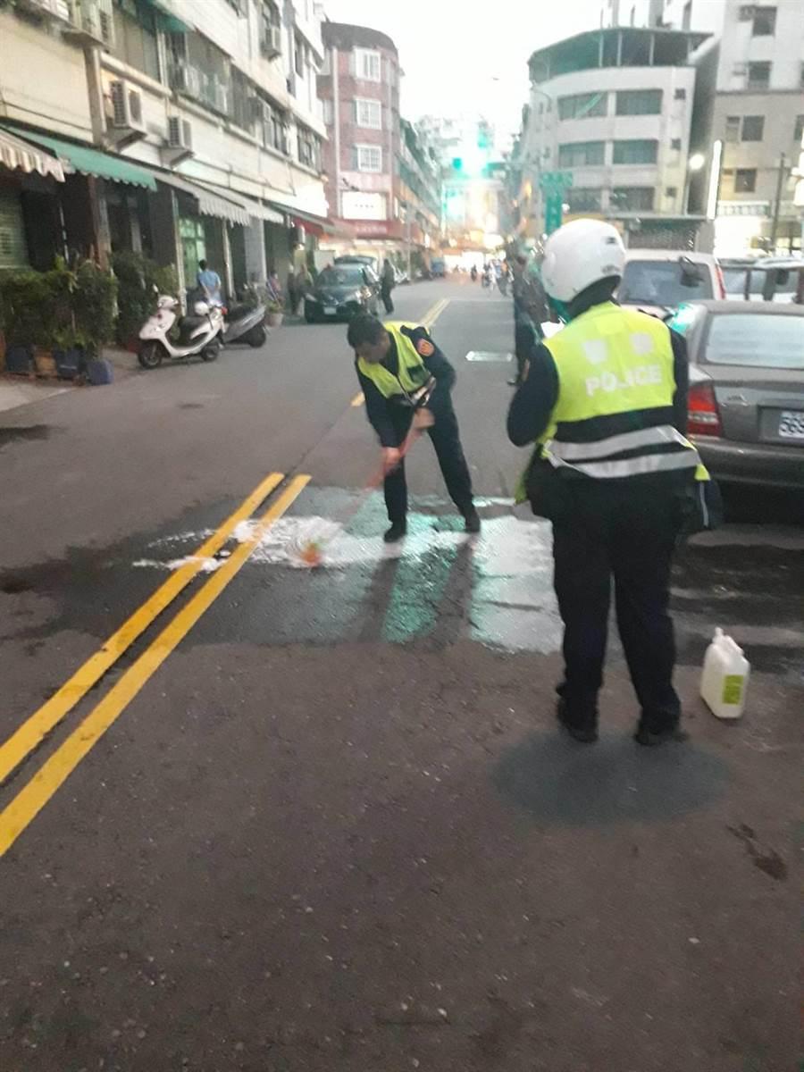 高雄男子今天在街頭自戕,送醫搶救未脫險。(翻攝照片/柯宗緯高雄傳真)