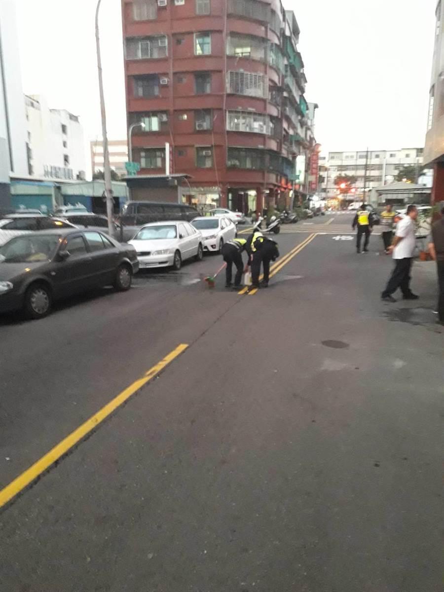 高雄男子今天在街頭輕生,送醫搶救未脫險。(翻攝照片/柯宗緯高雄傳真)