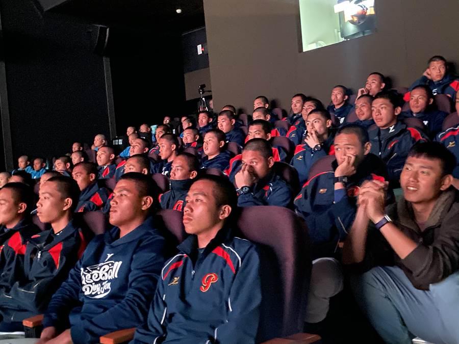 桃園市政府費時2年,將平鎮高中棒球隊成長故事拍成紀錄片,2日首映會,學弟們看了也感動。(蔡依珍攝)