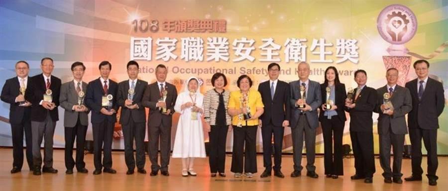 (行政院副院長陳其邁及勞動部許銘春部長出席108年國家職業安全衛生獎並與全體得獎單位。圖/勞動部提供)
