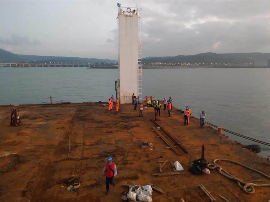 台北港1日下午發生工人墜海意外,3名外籍移工不幸喪生。(翻攝照片/吳亮賢新北傳真)