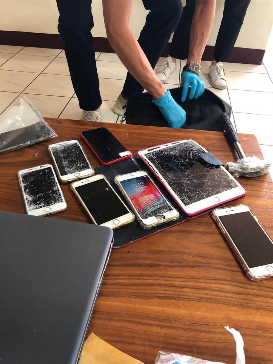嫌犯見警方破門攻堅,拿鐵鎚敲破電腦、手機螢幕,試圖滅證。(警方提供/胡欣男台北翻攝)