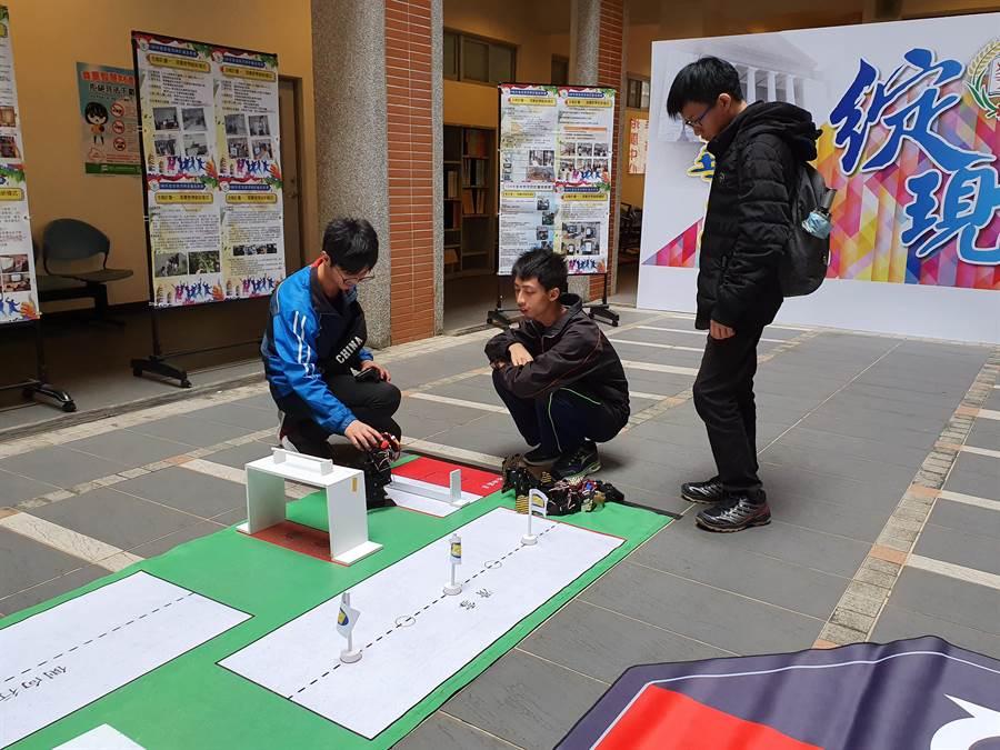華夏科技大學歡慶53周年校慶,舉辦高等教育深耕計畫特色成果展,展現師生1年來的努力。(葉書宏攝)